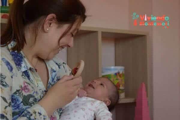 Almudena jugando con el sonajero y el bebé - ViviendoMontessori