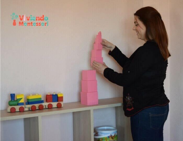 Almudena colocando la Torre Montessori
