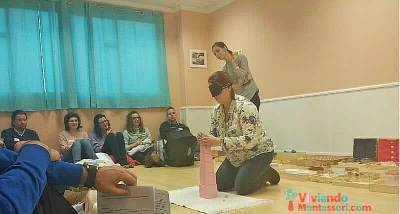 Almudena participando en el taller método Montessori de Marta