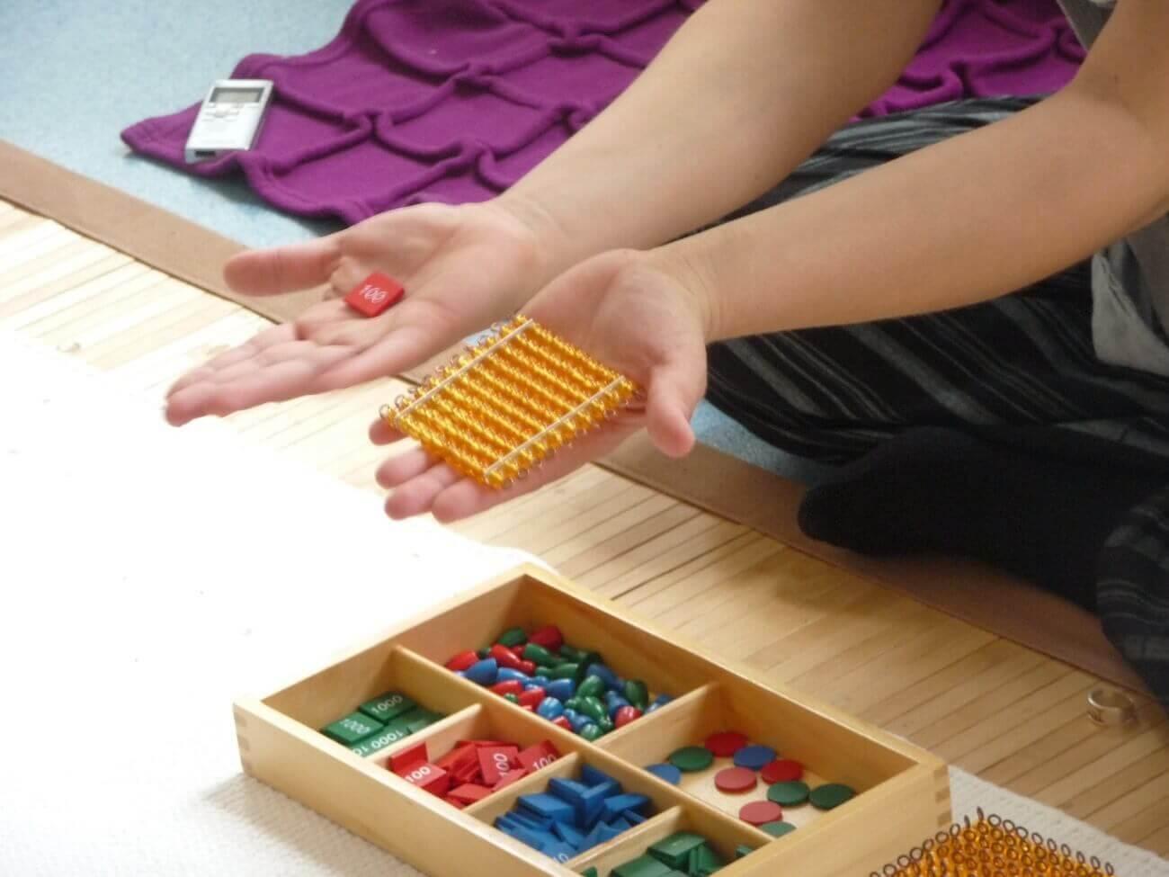 Material Montessori utilizado para aprender matemáticas