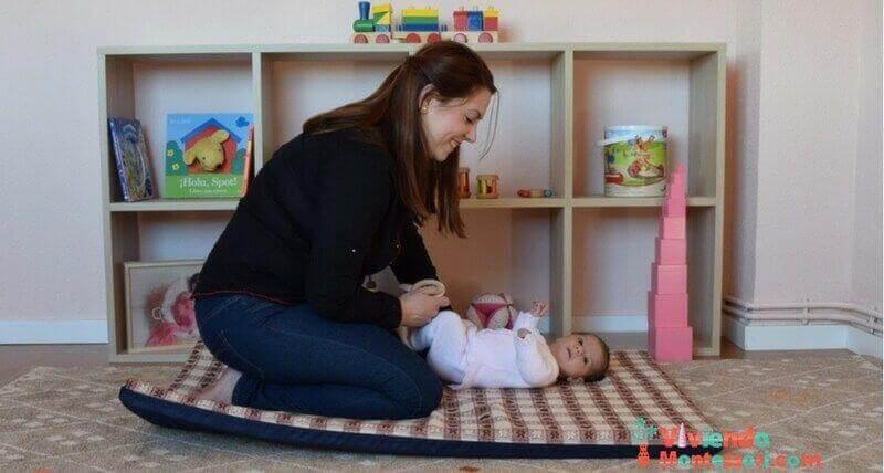 Almudena mirando a la niña en la habitación Montessori