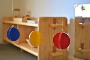 Móvil táctil en habitación Montessori