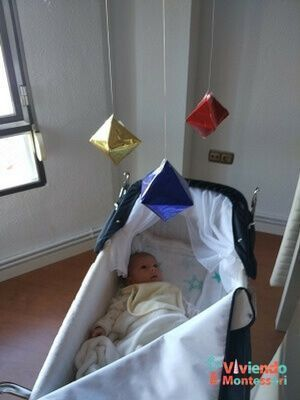 Bebé mirando el móvil Montessori Octaedro
