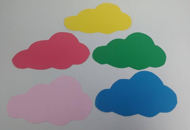 Nubes recortadas del móvil de naturaleza Montessori