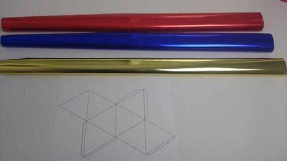 Plantilla de papel de un Octaedro y muestras papel metalizado de colores
