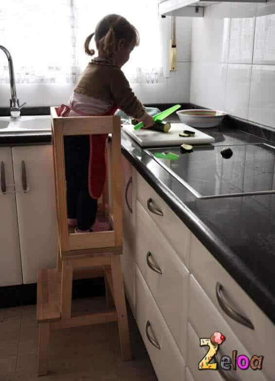 Torre de aprendizaje para la cocina con el método Montessori en casa